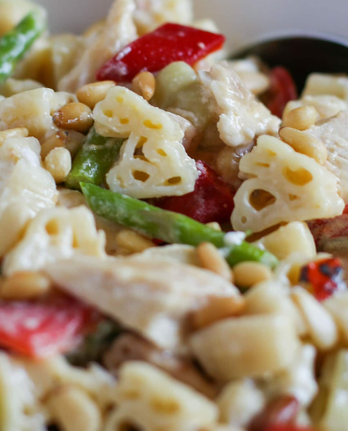 Skillet Chicken Alfredo | Delicious combo of chicken, veggies, and alfredo sauce -with a surprise of goat cheese! Simple and quick. Dinner done right! WorldofPastabilities.com